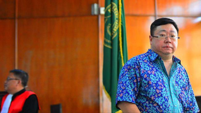 KPK mencegah mantan Direktur Utama Bank Century Robert Tantular berpergian keluar negeri untuk enam bulan ke depan.