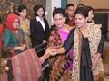 Suami Konferensi, Iriana Pimpin Para Ibu Negara Membatik