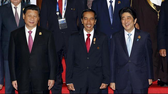 Presiden Tiongkok Xi Jinping dan Perdana Menteri Jepang melakukan pertemuan bilateral di sela-sela pertemuan Konferensi Asia Afrika di Jakarta, Rabu (22/4).