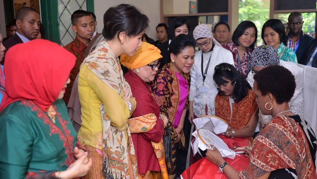 Selain membatik, para istri kepala negara peserta Konferensi Asia-Afrika itu asyik melihat-lihat koleksi kain nusantara. Kain NTB jadi salah satu favorit.