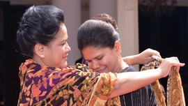 Asyiknya Iriana dan Para Istri Delegasi KAA Membatik