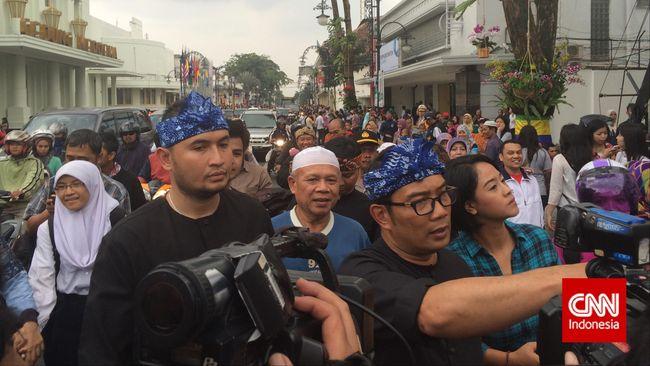 Meninjau persiapan KAA, Wali Kota Bandung Ridwan Kamil berjalan kaki dari Gedung Merdeka, mengecek patung Soekarno, hingga masuk ke kolam air mancur.