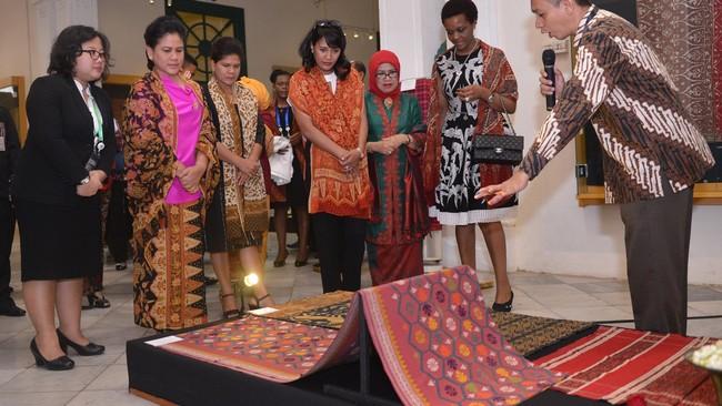 Saat para suami sibuk mengikuti Konferensi Asia-Afrika, istri mereka asyik membatik dan memanjakan mata dengan melihat koleksi kain di Museum Tekstil, Jakarta.