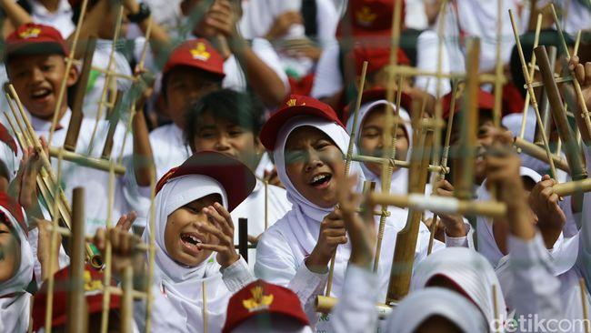Orang tua harus membuka pintu bagi anak menuju kekayaan musik tradisional di Indonesia. Apalagi kemajuan teknologi saat ini memungkinkan hal  itu.