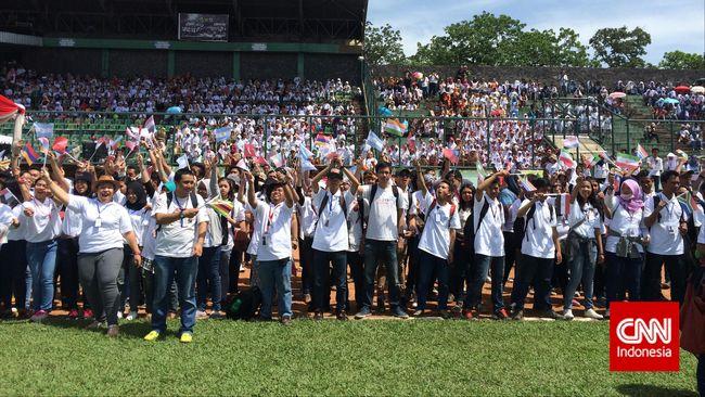 Puluhan ribu orang telah memadati Stadion Siliwangi, Bandung, sejak pukul 06.30 WIB pada Kamis (23/4) untuk memecahkan rekor dunia permainan angklung.