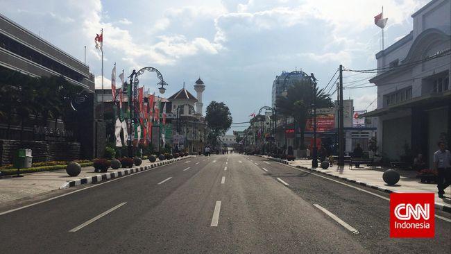 Pada Sabtu (28/3), Pemkot Bandung yang dipimpin Wali Kota fokus mencegah kerumunan di titik sekitar Jalan Asia Afrika hingga Alun-alun Bandung.