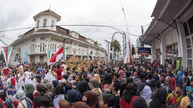 Usai musim panen di utara Bandung, para kompeni ramai-ramai kongko di Jalan Braga yang rutenya strategis pada masanya.