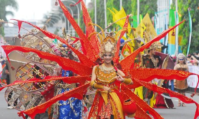 Parade budaya dalam rangkaian Peringatan ke-60 Tahun Konferensi Asia Afrika digelar di Bandung. Masing-masing negara peserta menampilkan busana tradisionalnya.