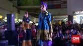 Itang Yunasz memang sudah dikenal sebagai desainer busana ready to wear yang menjangkau pasar menengah bawah. Salah satu tokonya ada di Pasar Tanah Abang.