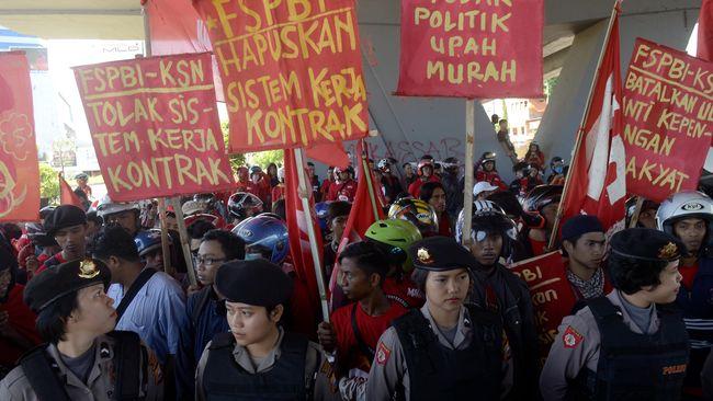 Jokowi memperpanjang batasan waktu bagi perusahaan untuk mempekerjakan pekerja secara kontrak dari sebelumnya paling lama 3 tahun menjadi 5 tahun.