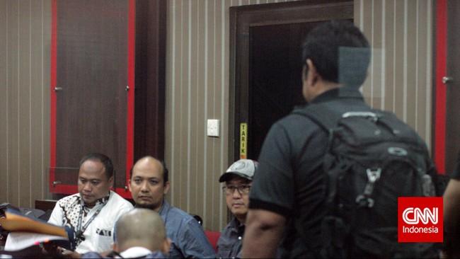 Penyidik KPK Novel Baswedan yang Jumat dini hari (1/5) ditangkap Bareskrim Polri, Sabtu petang ini (2/5) resmi dikembalikan ke KPK oleh Kapolri.