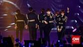 Boy band Korea Super Junior menggelar konser mereka yang bertajuk Super Show 6. Aksi panggung dan suara mereka sukses membius para ELF, penggemarnya.