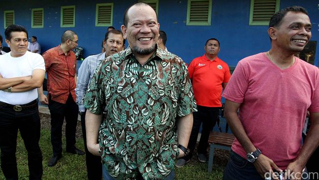 Ketua Umum PSSI, La Nyalla Mattalitti, merasa bahwa organisasi yang dipimpinnya ditindas oleh Kemenpora sehinga ia berharap Menpora diganti.