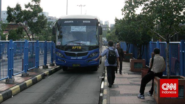 Sebuah Bus Angkutan Perbatasan Terintegrasi Busway (APTB) melintas di Terminal Blok M, Jakarta Selatan, Selasa, 5 May 2015. Mulai pekan depan Angkutan Perbatasan Terintegrasi Busway (APTB) tidak diperbolehkan melintas di jalur Transjakarta karena tak kunjung tercapainya kesepakatan mengenai besaran pembayaran tarif rupiah per kilometer antara operator APTB dan PT Transjakarta. CNN Indonesia/Adhi Wicaksono