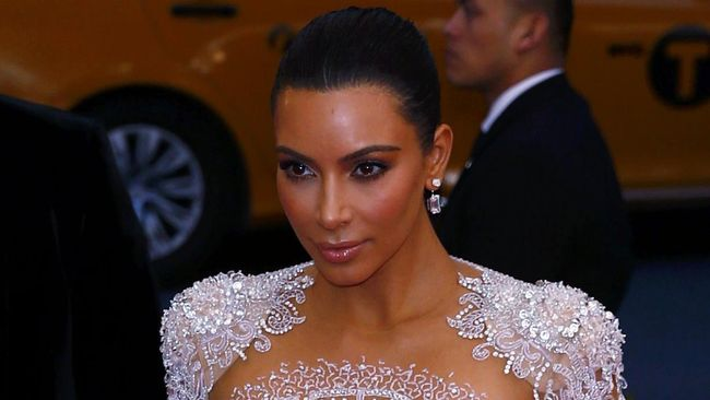 Daripada membocorkan rahasia Kylie dan Khloe soal apakah mereka benar-benar hamil, Kim Kardashian lebih memilih meminum jus sarden di tantangan James Corden.