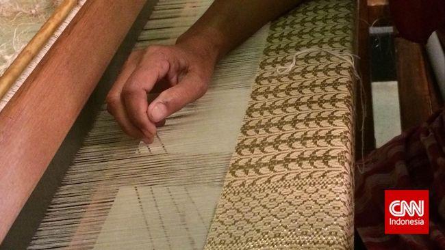 Sementara industri mode kian gegap gempita, eksistensi tenun Gorontalo perlahan punah.