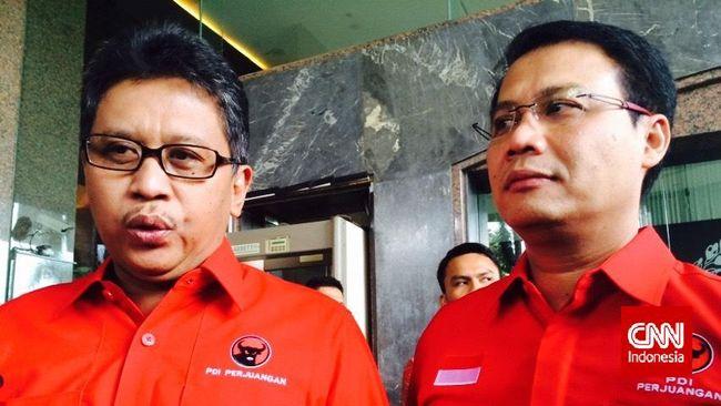 Sekretaris Jenderal PDI Perjuangan Hasto Kristiyanto bersama Wakil Sekretaris Jenderal Ahmad Basarah menyerahkan susunan kepengurusan DPP PDI Perjuangan ke Kementerian Hukum dan HAM.