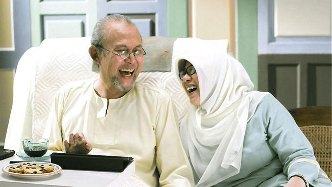 Sejak Pepeng mengidap multiple sclerosis 10 tahun lalu, sang istri, Utami Mariam Siti Aisyah harus setiap merawat suaminya yang perlahan lumpuh.