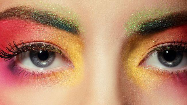 Meski aktivitas serba terbatas, bukan berarti orang-orang lupa untuk berdandan. Makeup tetap dibutuhkan, setidaknya untuk rapat virtual.