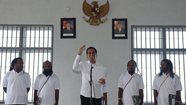 Menurut Deputi Staf Kepresidenan Jaleswari Pramodharwardani, Jokowi terus mencari formula terbaik untuk menyelesaikan persoalan yang terjadi di Papua.