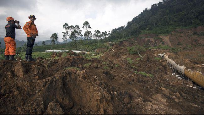 Camat Cilawu Kabupaten Garut mengatakan seiring ancaman bahaya pergerakan tanah yang masih terus terjadi, pemda sedang merencanakan relokasi warga.