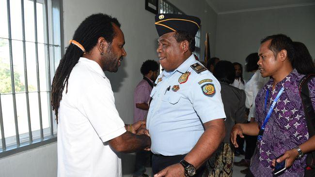 Filep Karma disebut tahanan politik paling terkenal seantero Papua. Mantan pegawai negeri sipil di Papua itu dua kali mengibarkan bendera Bintang Kejora.