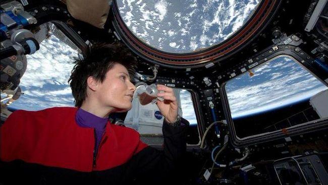 Terlalu lama berada di luar angkasa ternyata punya pengaruh tersendiri, mulai dari mutasi DNA hingga menurunkan kecerdasan.