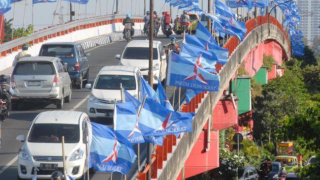 Sejumlah bendera dari Partai Demokrat terpasang di jembatan layang kawasan Wonokromo, Surabaya, Jawa Timur, Sabtu (9/5). Kongres ke-IV Partai Demokrat akan berlangsung pada 11-13 Mei di Surabaya, dengan agenda utama pemilihan ketua umum periode 2015-2020. ANTARA FOTO/M Risyal Hidayat/ed/mes/15