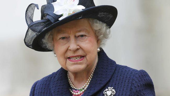 Yayasan Batik Indonesia memberikan hadiah istimewa pada Ratu Elizabeth II berupa kain batik dan lukisan.