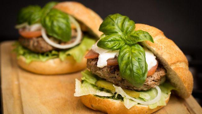 Mengutip Lonely Planet, Belanda kini memiliki kreasi kuliner yang tak biasa, roti burger alpukat. Buah alpukat ini digunakan sebagai pengganti roti.