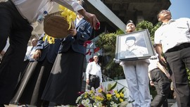 Tabur Bunga Tragedi Mei 98 di Pemakaman Tanah Kusir