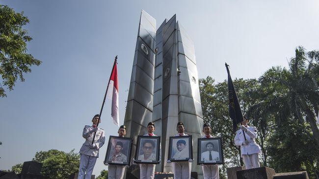 Keluarga korban tragedi kerusuhan Mei 1998 bersama dengan KontraS memeringati 17 tahun kasus Mei 98 di TPU Tanah Kusir.