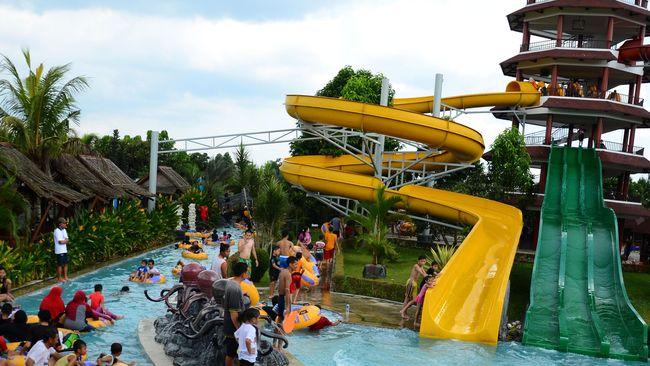 Pengunjung menikmati wahana permainan air di wisata Tee Jay, Asi Plaza, Tasikmalaya, Jawa Barat, Sabtu (16/5). Banyak warga membawa keluarganya memanfaatkan libur panjang akhir pekan dengan mengunjungi tempat wisata. ANTARA FOTO/Adeng Bustomi/ss/ama/15