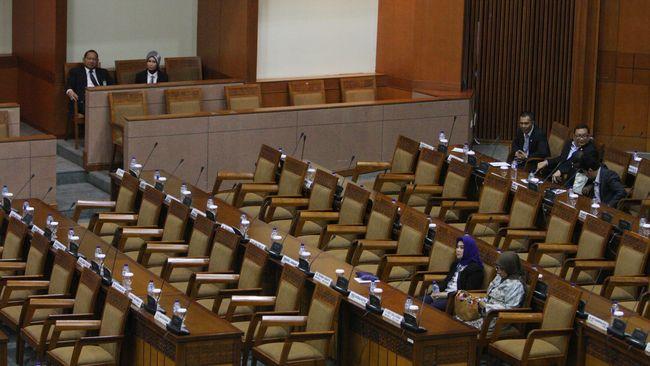 Dua ahli hukum menyebut UU KPK terbaru cacat formil karena masyarakat tak dilibatkan dan banyak anggota DPR bolos saat pengesahannya.