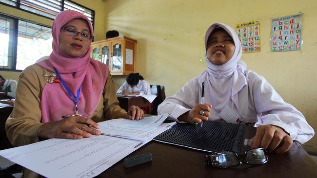 Kalangan guru dan aktivis mempertanyakan jumlah guru di seluruh Indonesia yang hanya 3,7 juta orang.