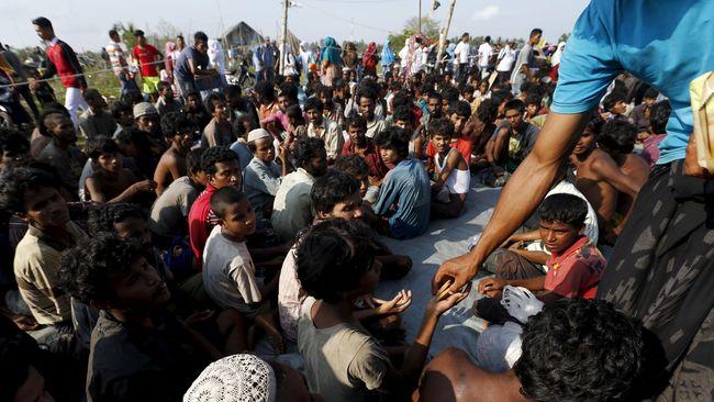 Berbulan-bulan terkatung di laut tanpa makanan dan minuman serta kepastian, konflik menjadi hal lumrah di atas kapal pengungsi, bisa hingga saling bunuh.