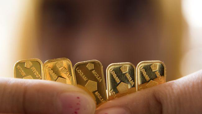 Tangan petugas menunjukan deretan logam mulia di Jakarta, Kamis (21/5). Harga jual dan beli kembali (buyback) emas PT Aneka Tambang Tbk (Antam) pada perdagangan hari ini masih stagnan, dengan harga jual emas di Rp557.000/gram dan harga buyback emas perseroan tetap di Rp497.000/gram. ANTARA FOTO/M Agung Rajasa/ed/pd/15.