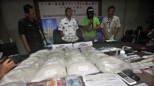 Dari pencucian uang hasil peredaran gelap narkoba itu, duit yang terkumpul mencapai Rp 13 miliar.