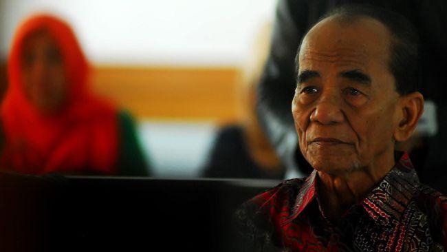 Mantan Gubernur Riau Annas Maamun bebas usai menjalani pidana penjara tujuh tahun terkait kasus korupsi alih fungsi lahan kelapa sawit.