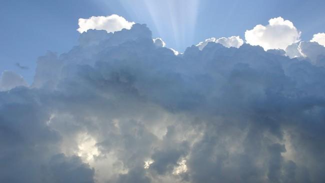 Kesaksian Warga soal Benda Putih Misterius di Langit Bandung