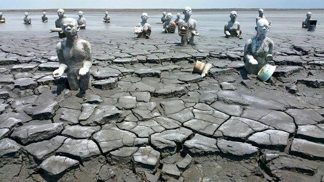 Dalam sembilan tahun lumpur Lapindo bisa menenggelamkan 10 desa di Sidoarjo. Instalasi seni setinggi 2 meter pun tertimbun. Tapi semangat seninya takkan luntur.