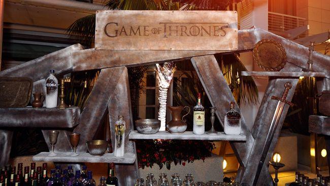 Salah satu anggota tim produksi serial televisi Game of Thrones tewas diterkam singa betina saat sedang bersafari di Afrika Selatan.