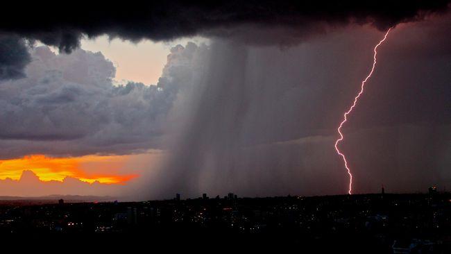 BMKG memperingatkan potensi hujan petir mengguyur tiga wilayah di DKI Jakarta pada hari ini, Rabu (24/2) siang.