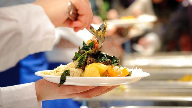 Saat merasa sangat lapar, Anda tak sadar kalau Anda makan berlebihan. Apa sih bahayanya makan berlebihan?