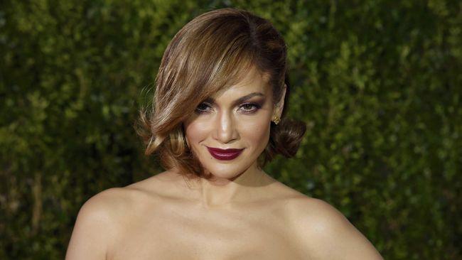 Guadalupe Rodriguez, ibu kandung Jennifer Lopez, tak henti bergoyang dan bernyanyi selama lagu On the Floor mengalun.