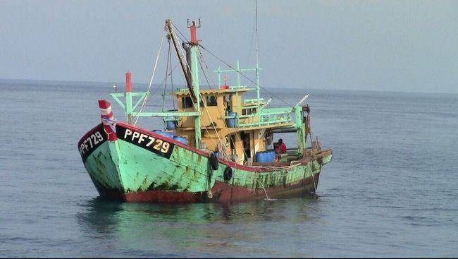 Kapal ikan ilegal asal Malaysia yang ditangkap kapal pengawas perikanan Kementerian Kelautan dan Perikanan, di perairan ZEEI Selat Malaka pada 7 Juni 2015. (Dok. Kementerian Kelautan dan Perikanan)