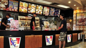 Buruh Duga KFC 'Balas' Aksi Demo THR Dengan Tes PCR Mandiri
