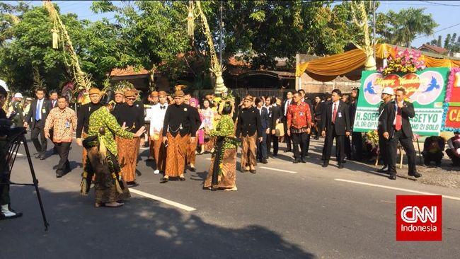 Ketua Umum PDI Perjuangan Megawati Soekarnoputri dan Menteri Kelautan Susi Pudjiastuti menyaksikan dan mendampingi langsung prosesi akad nikah.
