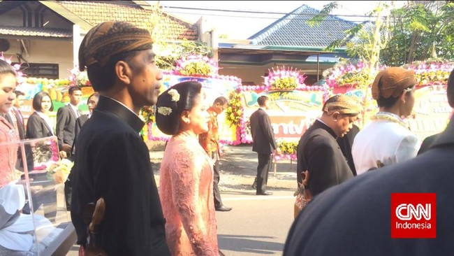 Dengan berjalan kaki Gibran yang didampingi oleh keduanya orang tuanya, menuju gedung Graha Saba Buana di mana prosesi akad nikah dilaksanakan.
