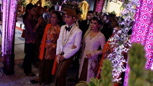 Selama prosesi pernikahan, ada beberapa kegiatan yang biasanya muncul dalam adat Jawa setelah akad nikah dilakukan.